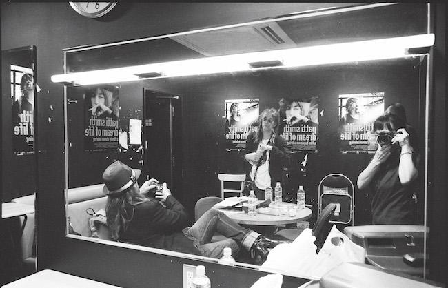 2009年来日時の楽屋にて、鏡越しのパティ・スミス。右端にはカメラを構える富永さん自身の姿も。