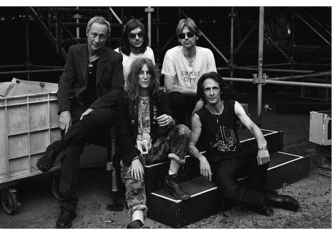 2001年のフジロックにて、ライブ直後のパティ・スミスとメンバーの集合写真。