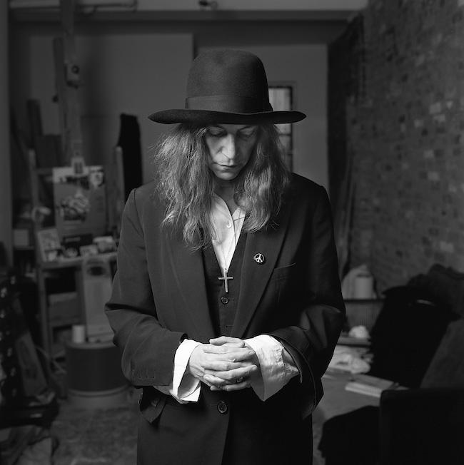 写真集に収められたカットの中でも特にお気に入りの一枚。「2004年にニューヨークで撮影した時。お祈りのポーズをリクエストしたら、帽子をかぶったらいいかしら? ってパティもちょっとセッションしてくれました。彼女を見ていると自然に出てきた、世界の平和についても歌っているし、彼女の言動から自然に思い付いたポーズでした」