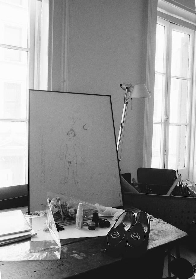 ニューヨークのパティ・スミス宅にて、彼女が描いたドローイングとロバート・メープルソープ遺品のスリッポン。