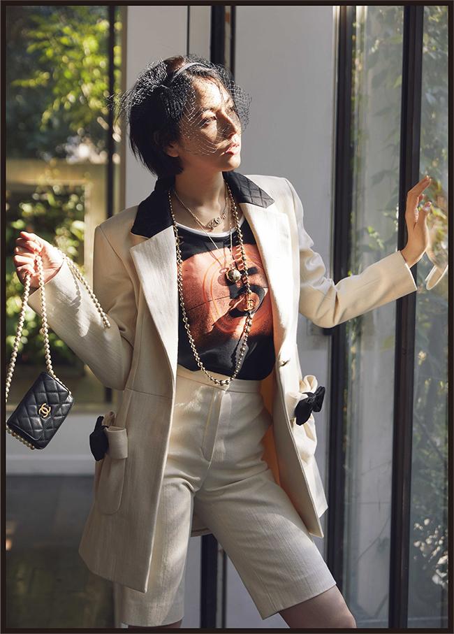 【飾らない素顔に共鳴するフレッシュな美しさ】マリリン・モンローをはじめ、数々の女優を虜にする香水「シャネル N °5」。マドモアゼル・シャネルのラッキーナンバーである「5」という数字を、ジャケットから覗かせたプレイフルなスーツスタイル。快活なバミューダパンツと合わせた新しい現代のエレガンスを無邪気に着こなして。ジャケット¥694,000 タンクトップ¥164,000 バミューダパンツ¥177,000 ヘッドバンド¥82,000 ネックレス(上から)¥71,000、¥84,000、¥222,000 チェーン付きクラッチ¥261,000/すべてChanel(シャネル カスタマーケア 0120-525-519)