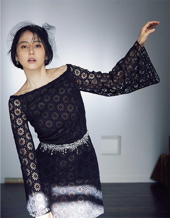 【密かに息づくメゾンのエスプリ】レッドカーペットの装いを想わせる美しく繊細なブラックドレスは、クチュールメゾンならではのディテールに巧緻を極めた仕立てで、センシュアルな存在感を放つ。ドレス¥809,000 ヘッドウェア¥82,000 イヤリング¥84,000 ベルト¥656,000/すべてChanel(シャネル カスタマーケア 0120-525-519)
