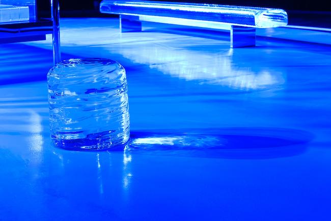 吉岡徳仁 『ガラスの茶室 – 光庵』 コバルトブルーのライトアップ (2021年) 国立新美術館