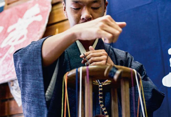 本展に参加した東京都の伝統産業事業者の制作風景より。東京くみひも 龍工房。糸作り〜組みまでを手がける都内唯一の組紐工房。