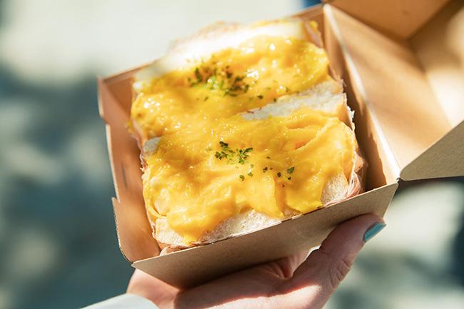 「毎日食べたい大満足チーズオムレツパン」¥702(税込)