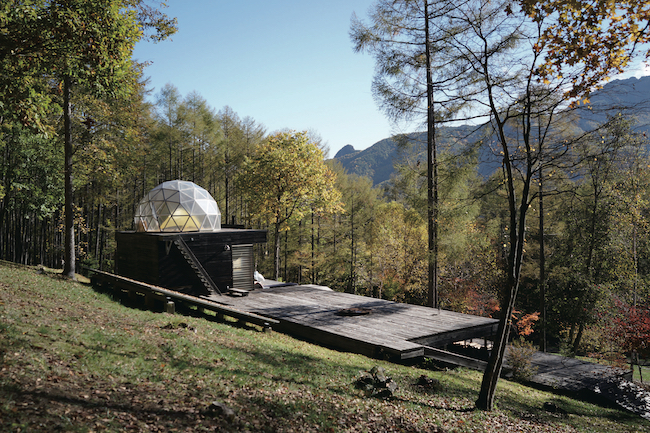 山の斜面にデッキを作り、いつでもテントを張ってキャンプができるスペースを設けた。透明のドームでは星空を眺めながら眠ることができる。