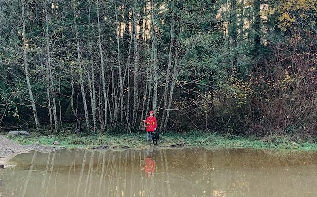 所有する敷地は15エイカーほど。昨夏に掘った池のほとりに佇む長女と愛犬タワ。