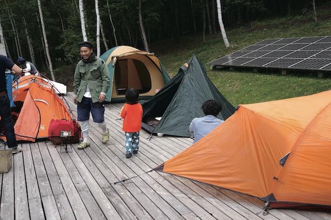 自然や山を愛する仲間を招いて、にぎやかなキャンプ村状態に。客人と過ごすときは寒さが和らいだ新緑の季節がベスト。