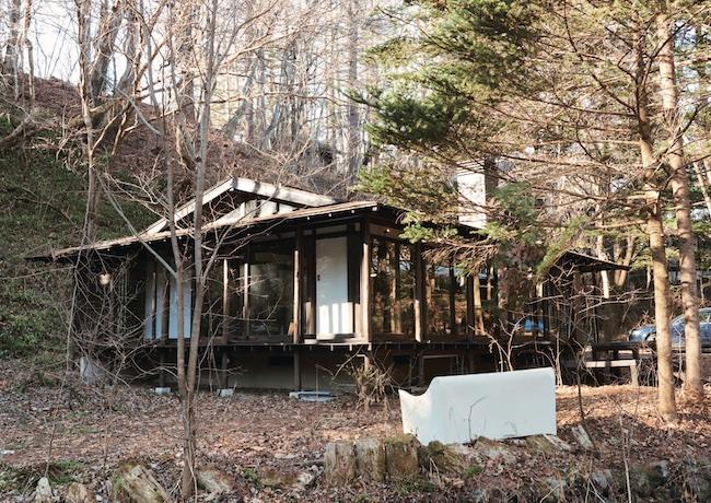 平屋を改造した一軒家は、縁側をぐるりとガラス戸で囲った開放感あふれる造り。