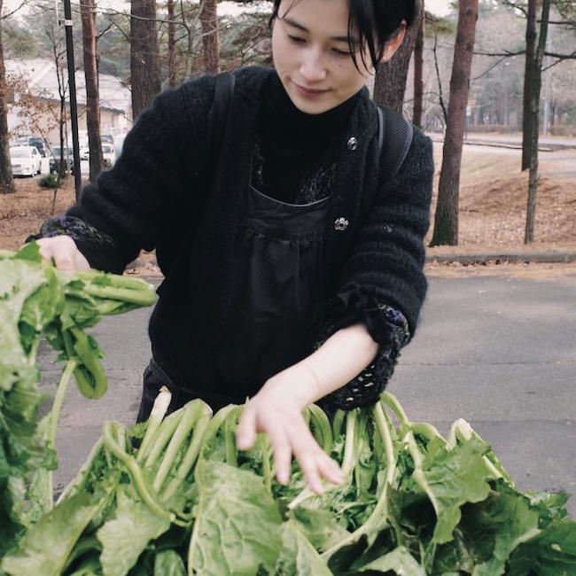 ゆっくりと時間が流れる生活を送るうちに、体にいい食べ物に意識が向くように。野沢菜を漬けるため仕込みをしているところ。時に農家へ手伝いに出かけることも。