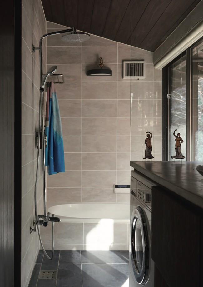 バスルームにもジュリアン・オピーのスタンドオブジェが。