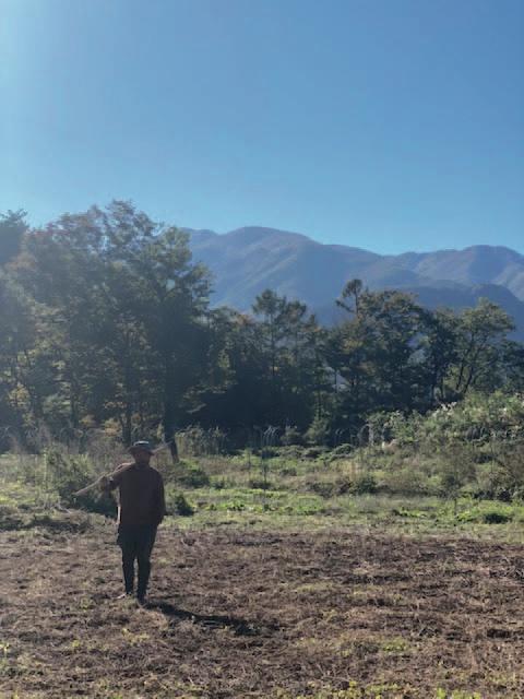 山梨県北杜市で自然農を実践。家を建ててデュアルライフを送る計画も進行中だ。遠くに山が見える風景は、子ども時代を過ごした京都で見ていた風景と重なる。