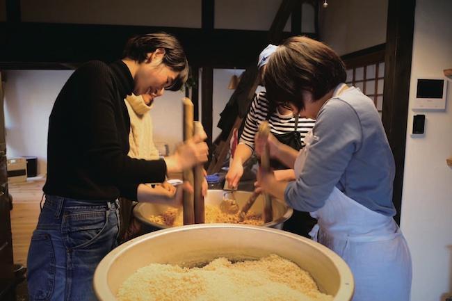 発酵食品に詳しい友人の指導のもと、仲間で味噌造りに励む。保存食品作りを通じて信州の食文化について理解が深まるのだという。