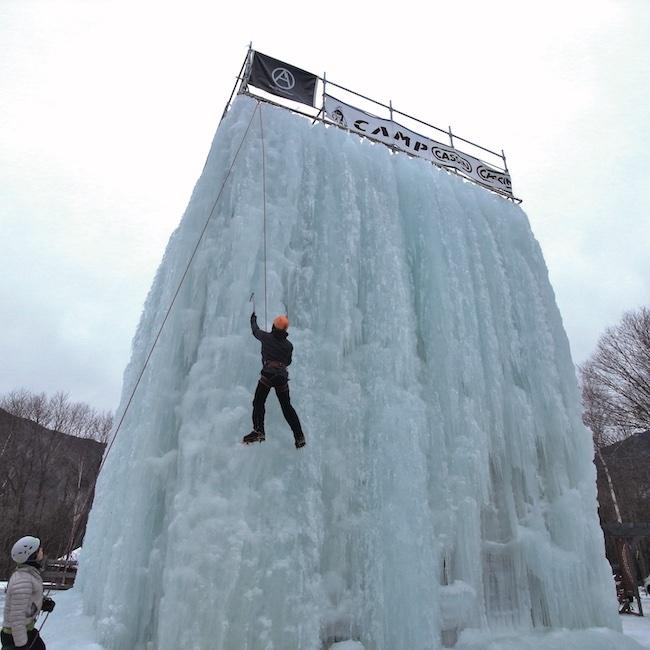 山で滝が凍っているのを見かけたことをきっかけに、アイスクライミングに出合う。近隣にあるゲレンデでは講師を招いて本格的な体験も。