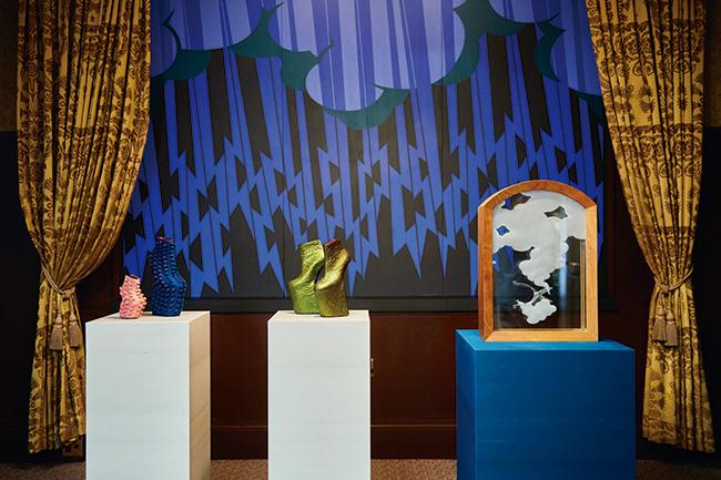 舘鼻則孝と東京の伝統産業のコラボレーション作品より。和敬塾 旧細川侯爵邸での展示風景。 背景は舘鼻の絵画作品、右はうぶけやの花ばさみをアクリルに浮遊させた作品。