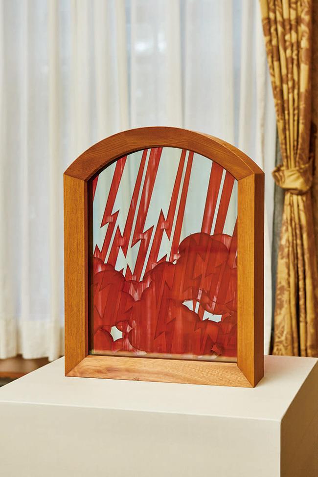 舘鼻則孝と東京の伝統産業のコラボレーション作品より。伊勢半本店の小町紅で雷と雲を描いた作品。