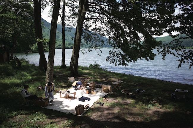 休日は仲間と食べ物を持ち寄って、木崎湖のほとりでピクニック。移住を機に出会った同世代の仲間たちはかけがえのない存在。