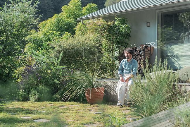 購入時は人が入れないほど一面雑草だった300坪ある庭の植栽はすべて自分で。何事も自分でできることは自分でやってみたいという思いから、勉強を重ねて手を入れ続けている。
