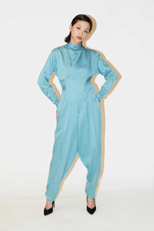 ガンフラップ ドレスシャツ¥24,000 、センタータック テーパードスラックス ¥29,000
