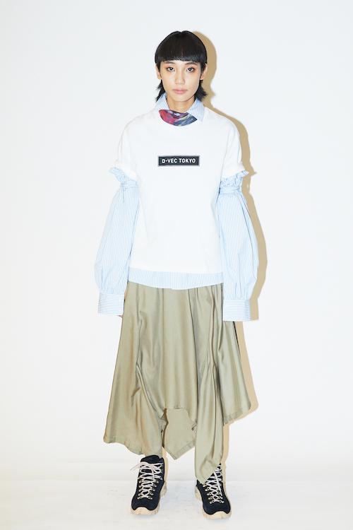 ダブルスリーブシャツ¥29,000、トライアングル スカートパンツ¥ 30,000