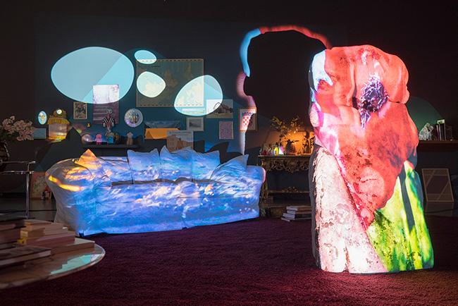 《忍耐》 2016年 シングルチャンネル・ヴィデオ・インスタレーション/岩、ソファ、壁面に投影(12分46秒)<br /> チューリヒ美術館での展示風景 Photo: Lena Huber © Pipilotti Rist, All images courtesy the artist, Hauser & Wirth and Luhring Augustine