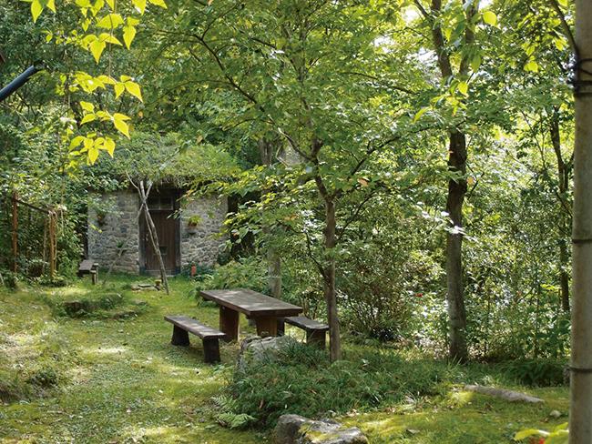 敷地内にある、草屋根の円筒形の小屋。庭の散策も楽しい。