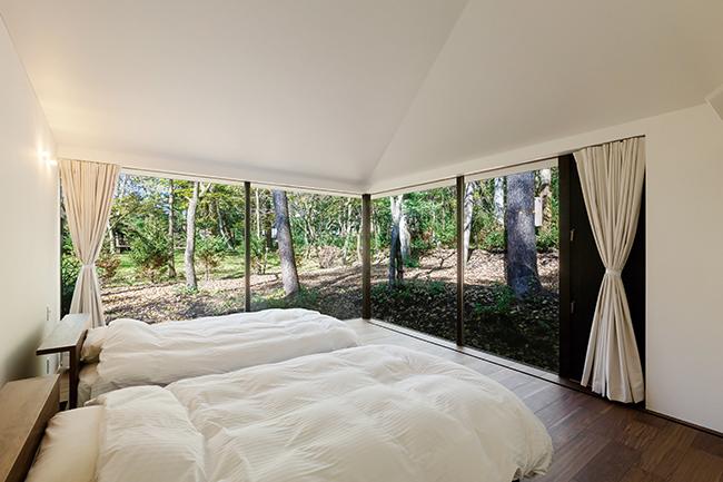 ガラス面が広く、森の中で目覚めるよう。2ベッドルーム4棟と3ベッドルーム1棟。