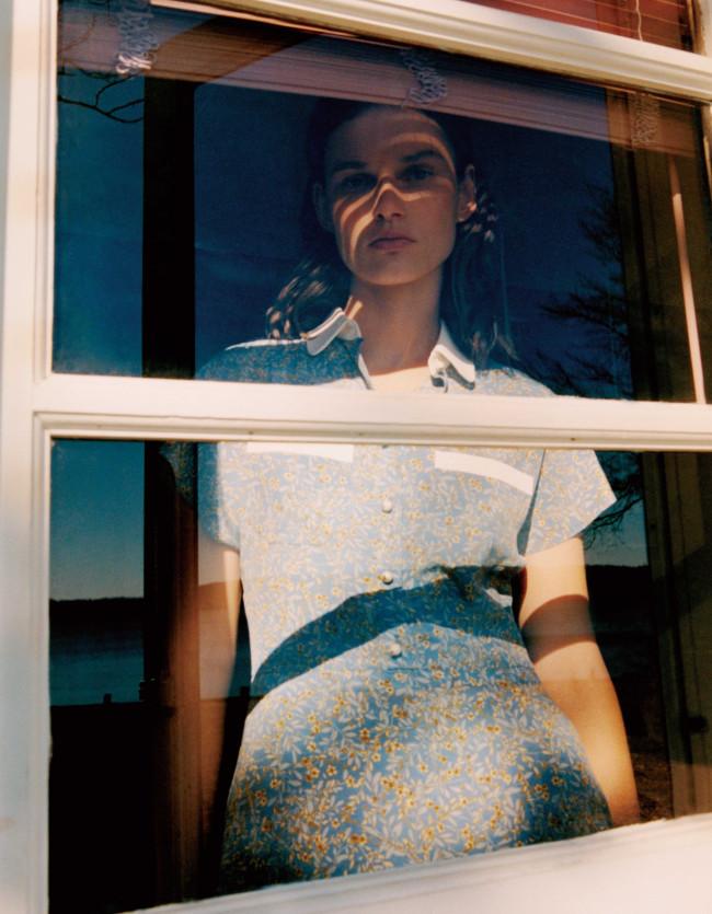 ドレス ¥250,000(予定価格)/Celine by Hedi Slimane(セリーヌ ジャパン) 03-5414-1401