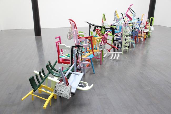 ジム ランビー『トレイン イン ヴェイン』 2008年 木製椅子、ハンドバッグ、鏡、油性ペンキ サイズ可変 撮影:木奥惠三