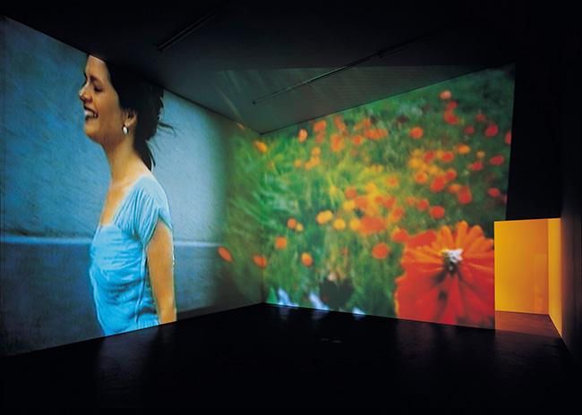 《永遠は終わった、永遠はあらゆる場所に》1997年 2チャンネル・ヴィデオ・インスタレーション(4分9秒、8分25秒)京都国立近代美術館蔵 Photo: Alexander Tröhler © Pipilotti Rist, All images courtesy the artist, Hauser & Wirth and Luhring Augustine