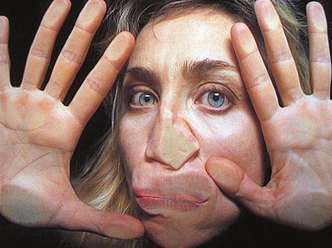 《わたしの草地に分け入って》(ヴィデオ・スチル 2000年 シングルチャンネル・ヴィデオ・インスタレーション(9分52秒)© Pipilotti Rist, All images courtesy the artist, Hauser & Wirth and Luhring Augustine