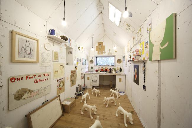 奈良美智『My Drawing Room』 2004年8月~ 原美術館(品川)での展示風景/参考図版 撮影:木奥惠三