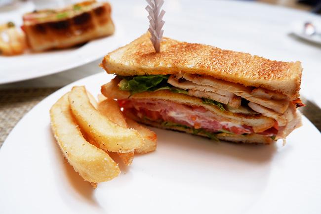 アメリカンクラブハウスサンドウィッチ トリュフ風味フライドポテト添え ¥2,640(税込・サービス料別)