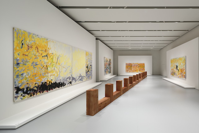 「FRAGMENTS OF A LANDSCAPE」エスパス ルイ・ヴィトン大阪での展示風景(2021年)<br /> カール・アンドレ『Draco』1979-2008年 Courtesy of the artist and Fondation Louis Vuitton<br /> ジョアン・ミッチェル『Untitled』1979年(三連画)、『Cypress』1980年(二連画)、『Minnesota』1980年(四連画)、『South』1989年(二連画) Courtesy of Fondation Louis Vuitton<br /> Photo credits: © Keizo Kioku / Louis Vuitton