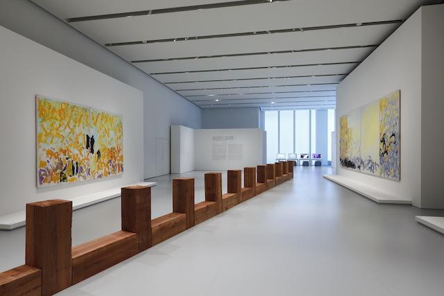 写真奥に見えるのがフォンダシオン ルイ・ヴィトンの活動紹介コーナー。 「FRAGMENTS OF A LANDSCAPE」エスパス ルイ・ヴィトン大阪での展示風景(2021年)<br /> カール・アンドレ『Draco』1979-2008年 Courtesy of the artist and Fondation Louis Vuitton<br /> ジョアン・ミッチェル『Cypress』1980年(二連画)、『Minnesota』1980年(四連画) Courtesy of Fondation Louis Vuitton<br /> Photo credits: © Keizo Kioku / Louis Vuitton