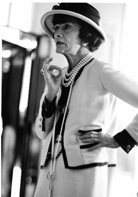 1928年、ジャージーのアンサンブルを纏ったガブリエル。「女性を動きやすくすること。洋服に着られることがなく、洋服によって立ち居振る舞いを変えさせないこと」と、意外にも機能性を重視し、そこから革命を起こした。©Douglas Kirkland Corbis HD