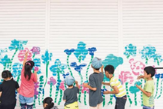 十和田市現代美術館にて個展「シンシアリー・ユアーズ ―親愛なるあなたの大宮エリーより」を開催した際、商店街ではシャッターペインティングなどを行なった。「子供たちとシャッターペイント」2016