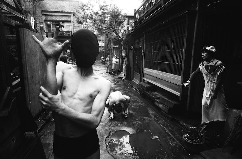 ウィリアム・クライン写真展「GINZA 1961 街が主役の写真展」より、『Crab Dancer』(1961) ©️William Klein, Tokyo 1961