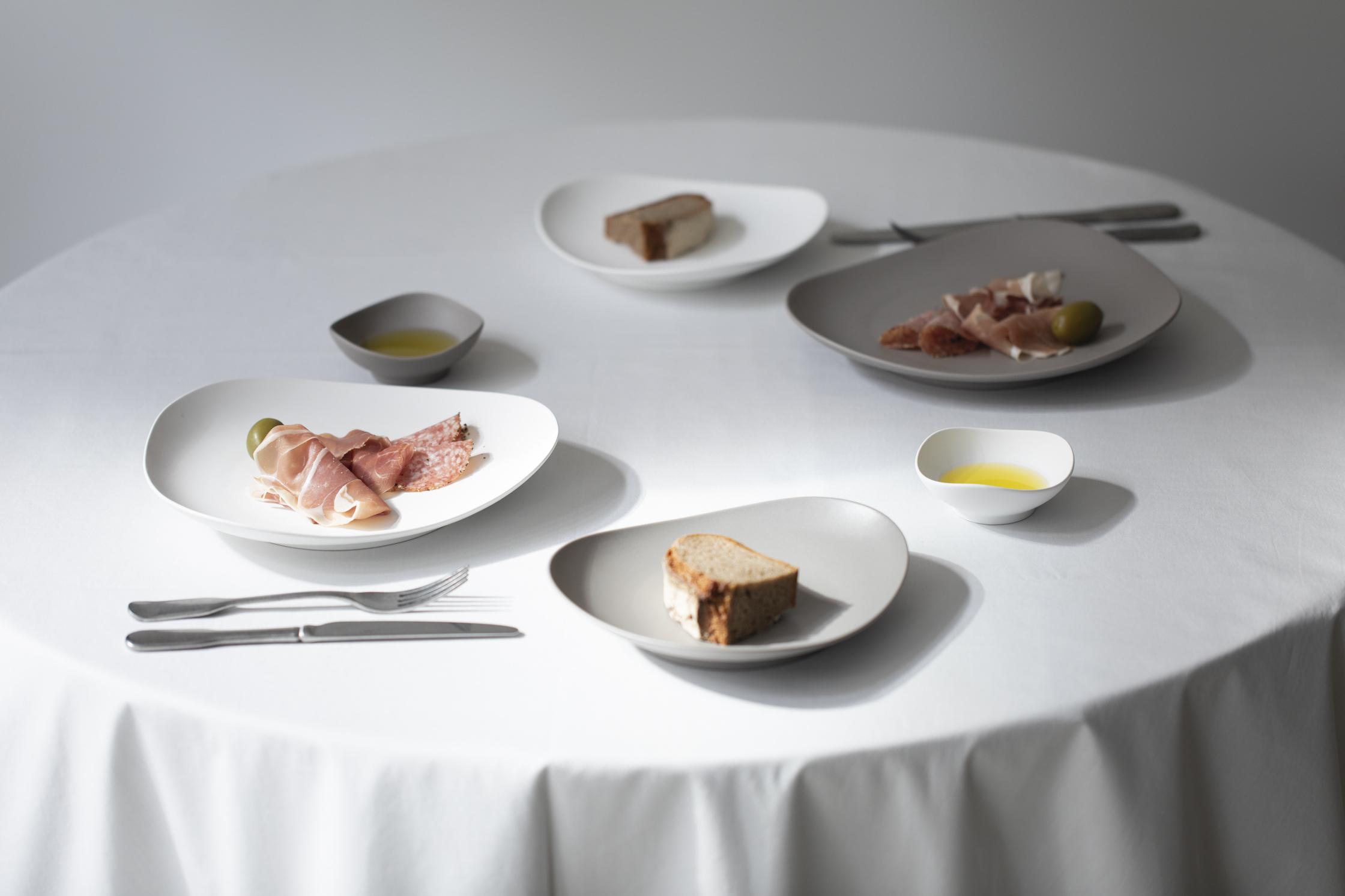 plate 245mm ¥3,300、plate 195mm ¥2,420、almond dish ¥990 (税込)