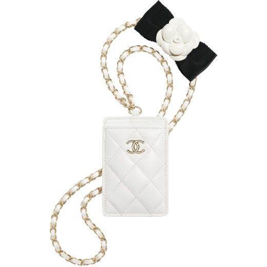 カメリアリボン付きカードケース(W7.2×H10.5×D0.5cm) ¥124,300/Chanel(シャネル カスタマーケア 0120-525-519)