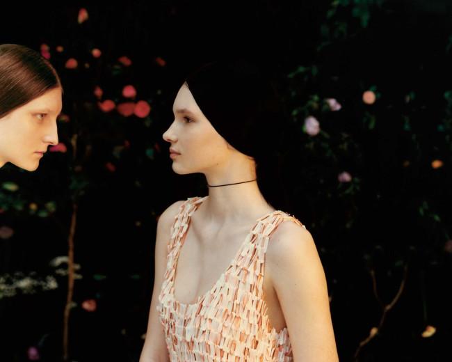 ドレス ¥4,752,000/Bottega Veneta(ボッテガ・ヴェネタ ジャパン 0120-60-1966) チョーカー/スタイリスト私物