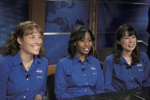 宇宙へ発つ前の記者会見の様子。仲間の女性宇宙飛行士と一緒に。(2010年) ©JAXA/NASA