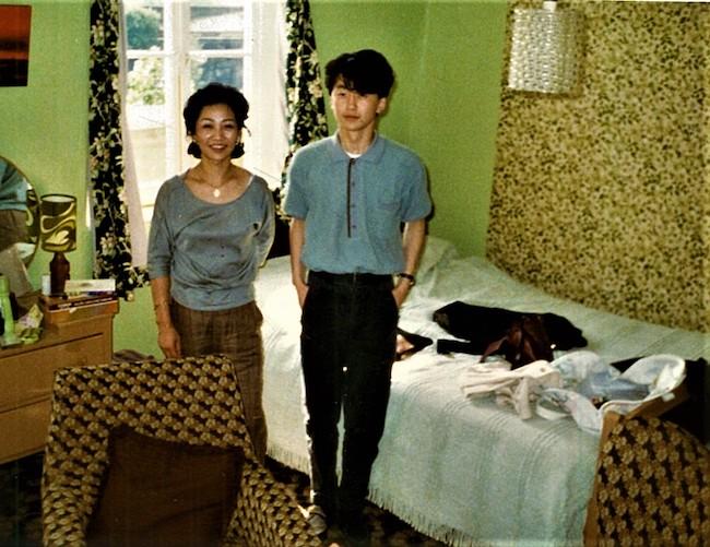 ロンドン時代の自室アパートにて。お母さまと一緒にパチリ