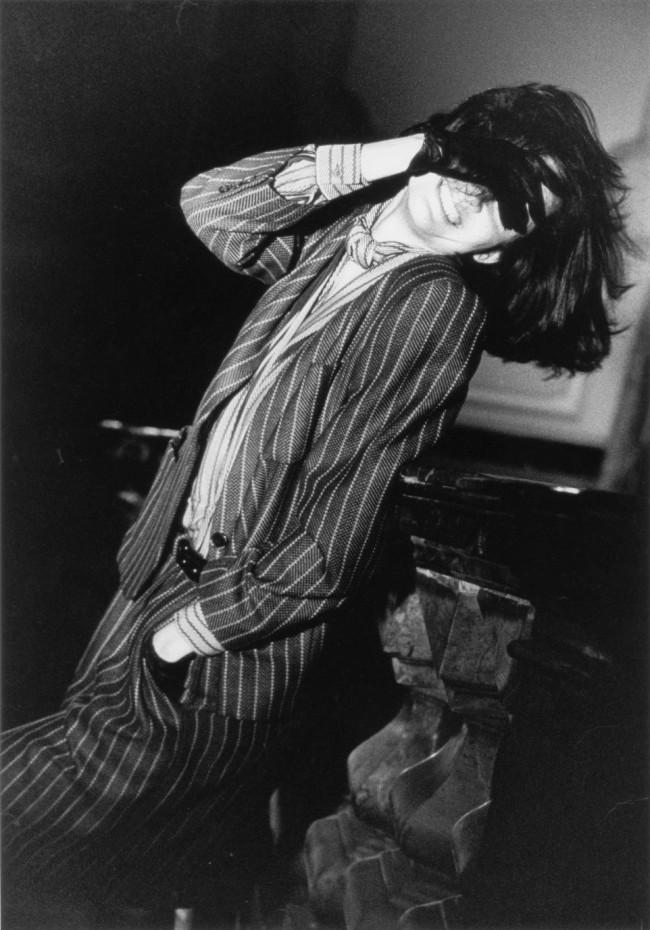 写真家、アルド・ファライによる1985年のキャンペーンフォト。メンズライクなピンストライプのスーツを着こなす、生き生きとした表情が印象的。 Photo by Aldo Fallai