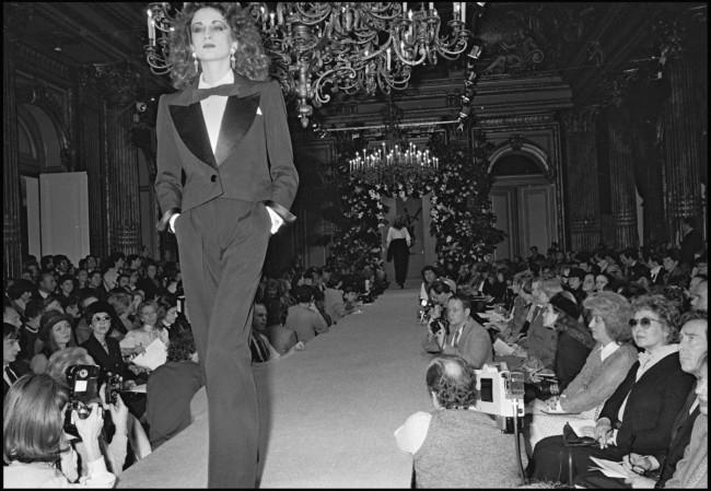 1982年秋冬コレクションで発表されたスモーキングスタイル。 Photo by French Select / Getty Images
