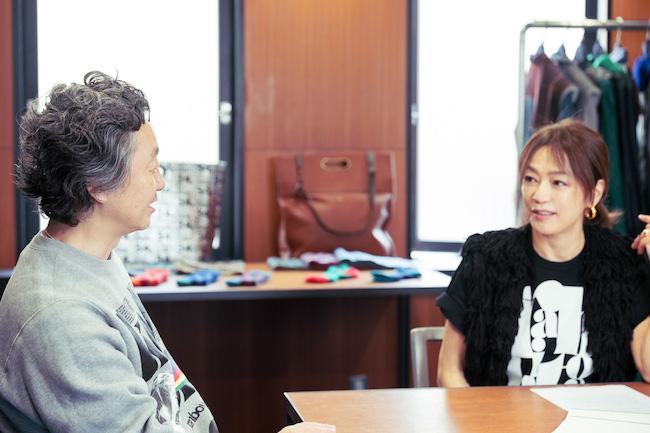 rabbitonプロジェクトを発表した田中杏子と第一弾コラボレーションをしたkolorの阿部潤一さん。対談はkolorのプレスルームにて。