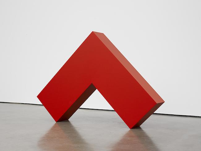 カルメン・ヘレラ『赤い直角』2017-2018年 塗料、アルミニウム 109.7×153.7×26.4 cm Courtesy: Lisson Gallery