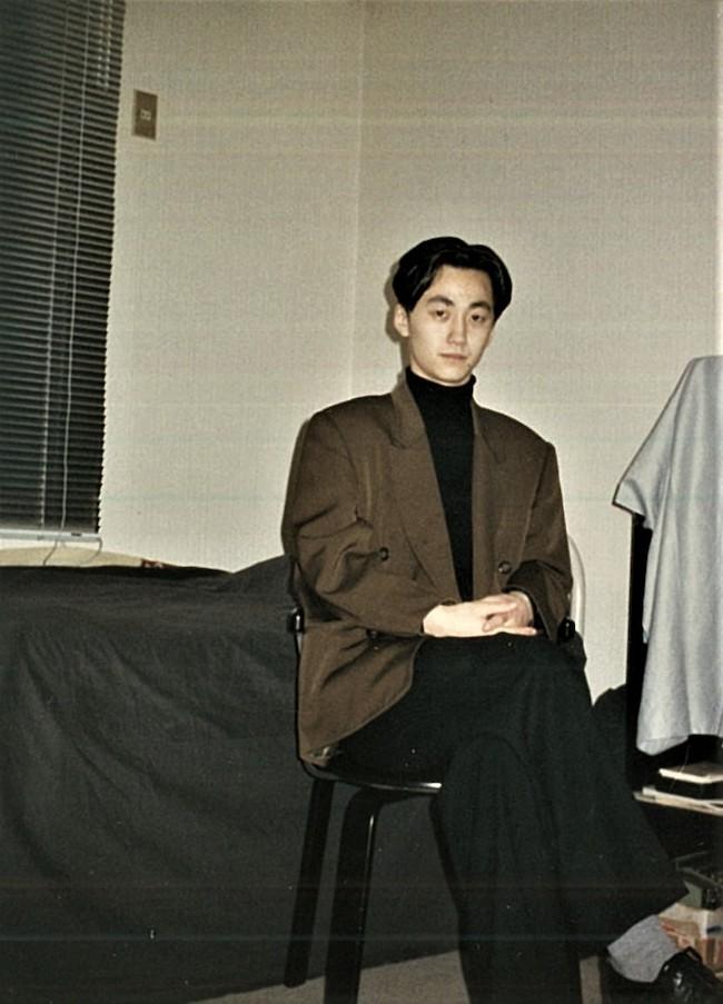 文化服装学院時代の写真。自室にて撮影。全身<Y's for men>を着ています