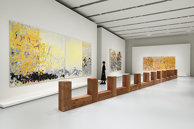 「FRAGMENTS OF A LANDSCAPE」エスパス ルイ・ヴィトン大阪での展示風景(2021年) カール・アンドレ『Draco』1979-2008年 Courtesy of the artist and Fondation Louis Vuitton ジョアン・ミッチェル『Untitled』1979年(三連画)、『Minnesota』1980年(四連画)、『South』1989年(二連画) Courtesy of Fondation Louis Vuitton Photo credits: © Keizo Kioku / Louis Vuitton