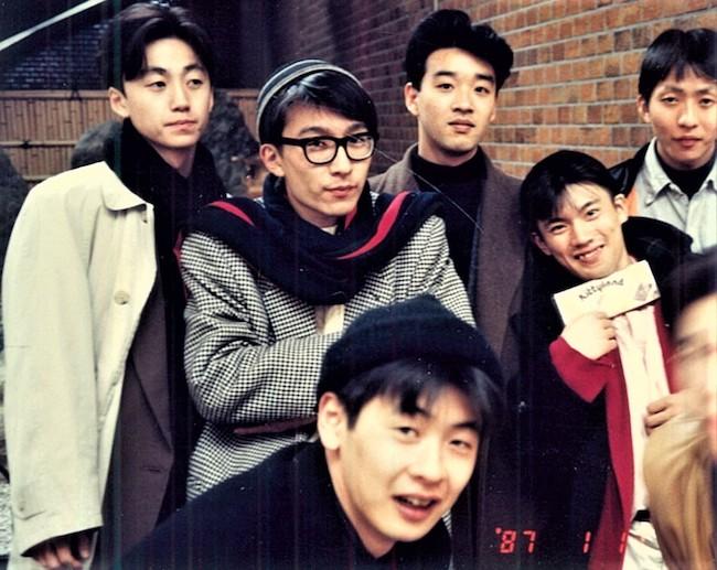 文化服装学院時代。左のベージュのコートを着ているのが阿部潤一さん。ちなみに中段・右手は同期でデザイナーの丸山敬太さん